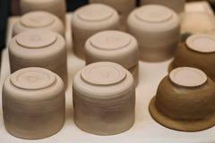 Los productos de cerámica de la cerámica de la arcilla se secan en estante Imágenes de archivo libres de regalías