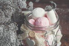 Los productos de la confitería de la melcocha del pistacho con las migas de la mermelada mienten en una caja de mimbre Foco selec imagenes de archivo