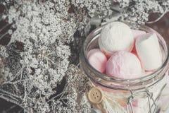 Los productos de la confitería de la melcocha del pistacho con las migas de la mermelada mienten en una caja de mimbre Foco selec foto de archivo libre de regalías