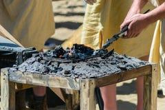 Los productos de metal son heated en los carbones en el horno de la fragua Imagen de archivo libre de regalías