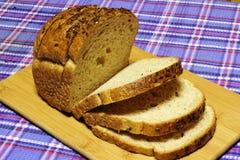 Los productos del pan del trigo están en el tartán azul Foto de archivo
