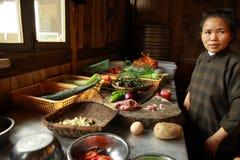 Los productos están en la tabla, mujer asiática, preparando platos chinos Fotos de archivo libres de regalías