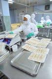 Los productos finales de los mariscos se preparan para pesar y empaquetar al vacío en una fábrica de los mariscos en Vietnam Imagen de archivo