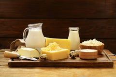 Los productos lácteos clasificados ordeñan, yogur, requesón, crema agria Imagen de archivo libre de regalías