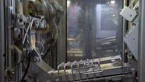 Los productos lácteos en el tetra empaquetado se están moviendo a lo largo del transportador en una fábrica de la lechería Tetra  almacen de video