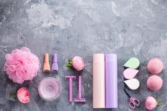 Los productos, la ropa interior y los cosméticos del cuidado personal ponen completamente Concepto del tratamiento de la belleza  imagen de archivo