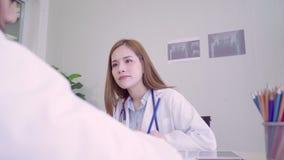 Los profesionales médicos del doctor asiático profesional combinan la reunión de reflexión en una reunión Equipo de discusión de  metrajes