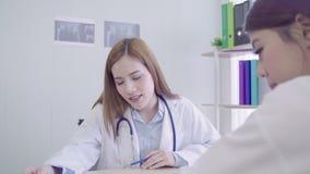 Los profesionales médicos del doctor asiático profesional combinan la reunión de reflexión en una reunión Equipo de discusión de  almacen de video