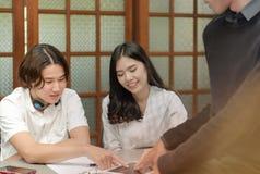 Los profesores son estudiantes de las clases particulares Fotografía de archivo