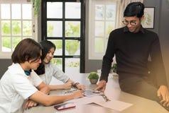 Los profesores son estudiantes de las clases particulares Foto de archivo