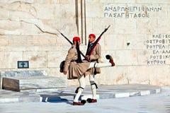 Los protectores acercan al parlament en Atenas, Grecia imágenes de archivo libres de regalías