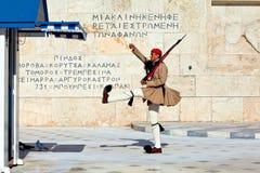 Los protectores cambiantes acercan al parlamento en Atenas Fotografía de archivo