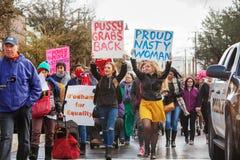 Los Protestors del ` s marzo de las mujeres con firman adentro Tuscon, Arizona Foto de archivo libre de regalías