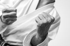 Los puños desnudos de un hombre se vistieron para los artes marciales Fotografía de archivo libre de regalías