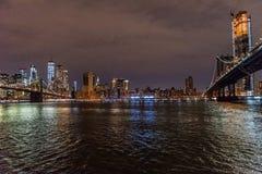 Los puentes de Brooklyn y de Manhattan que cruzan el East River fotografía de archivo