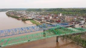 Los puentes duales llevan tráfico de la carretera 60 ambas direcciones sobre el río Ohio metrajes