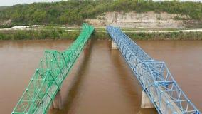 Los puentes duales llevan tr?fico de la carretera 60 ambas direcciones sobre el r?o Ohio metrajes