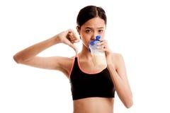 Los pulgares sanos asiáticos hermosos de la muchacha abajo odian la proteína Imágenes de archivo libres de regalías