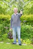 Los pulgares suben al hombre del jardinero fotos de archivo