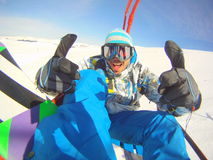 Los pulgares suben al snowboarder Foto de archivo
