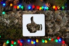 Los pulgares suben el icono en fondo de madera Fotografía de archivo libre de regalías