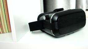 Los puntos para la realidad virtual, sin logotipos están en el estante en la casa almacen de metraje de vídeo