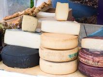 Los quesos naturales hechos de la manera tradicional en un mercado se colocan Imágenes de archivo libres de regalías