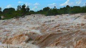 Los rápidos de Khone Phapheng pertenecen a las cascadas más grandes del ` s de Asia del soutneast, las caídas del Mekong almacen de video
