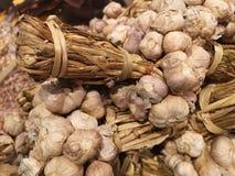 Los racimos de cabezas del ajo, implicados para la venta a granel en un mercado tailandés local, alistan para la compra de los cl Imagen de archivo