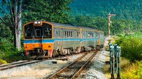 Los railcars diesel arrivting la estación rural Fotografía de archivo libre de regalías