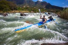 Los Rapids del agua de Kime Mhlophe no paran la raza de la canoa de Dusi Imagen de archivo