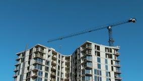 Los rascacielos de gran altura de la construcción Crane las lanas de cristal de construcción de los aumentos del cemento consumib almacen de metraje de vídeo