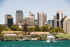 Los rascacielos de Sydney vieron del agua Fotografía de archivo libre de regalías
