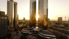 Los rascacielos del distrito financiero del banco de Francfort Alemania vuelan sobre ciudad metrajes