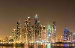 Los rascacielos del puerto deportivo de Dubai durante horas de la noche Foto de archivo libre de regalías