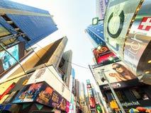 Los rascacielos y las carteleras ajustan a veces en Nueva York Imagen de archivo libre de regalías