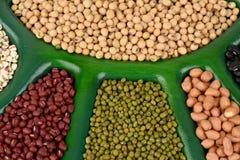 Los rasgones de Ob, habas de la soja, habas rojas, alubias negras, cacahuete y habas verdes imágenes de archivo libres de regalías