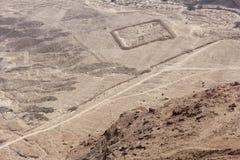 Los rastros de un viejo campo se pueden considerar de una montaña en Masada Imágenes de archivo libres de regalías