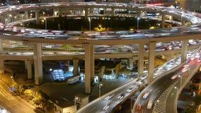 Los rastros ligeros del tráfico urbano en el paso superior en la noche, puente del nanpu de Shangai almacen de video