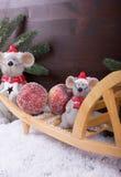 Los ratones consiguen manzanas de la Navidad con la carretilla Imagen de archivo