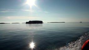 Los rayos brillantes de la puesta del sol en cielo reflejaron en superficie del agua del Océano ártico almacen de metraje de vídeo