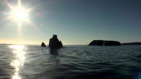 Los rayos brillantes del sol en cielo reflejaron en agua del Océano ártico en la nueva tierra metrajes