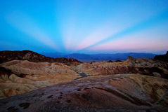 Los rayos de Anticrepuscular en la salida del sol en Zabriskie señalan, Death Valley Foto de archivo