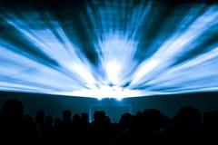 Los rayos de la demostración del laser en vida nocturna van de fiesta con el brillo de colores azules Imágenes de archivo libres de regalías