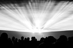 Los rayos de la demostración del laser en vida nocturna van de fiesta en blanco y negro Fotos de archivo libres de regalías