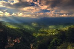 Los rayos de la luz pasan a través de las nubes, paisaje de la montaña Fotos de archivo libres de regalías