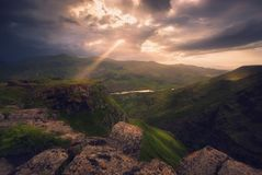 Los rayos de la luz pasan a través de las nubes, paisaje de la montaña fotos de archivo