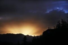 Los rayos de oro del cielo de la tarde después de la puesta del sol Imagen de archivo libre de regalías