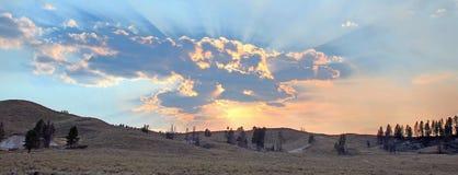 Los rayos de sol y los rayos solares con puesta del sol se nublan en Hayden Valley en el parque nacional de Yellowstone en Wyomin Fotografía de archivo