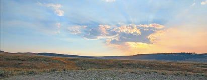 Los rayos de sol y los rayos solares con puesta del sol se nublan en Hayden Valley en el parque nacional de Yellowstone en Wyomin Imagenes de archivo
